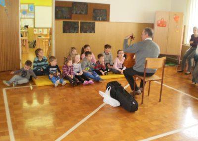 Károly Horváth učitelj ljudske glasbe na obisku vrtcu/ Horváth Károly népzene tanár látogatóban domonkosfai óvodában